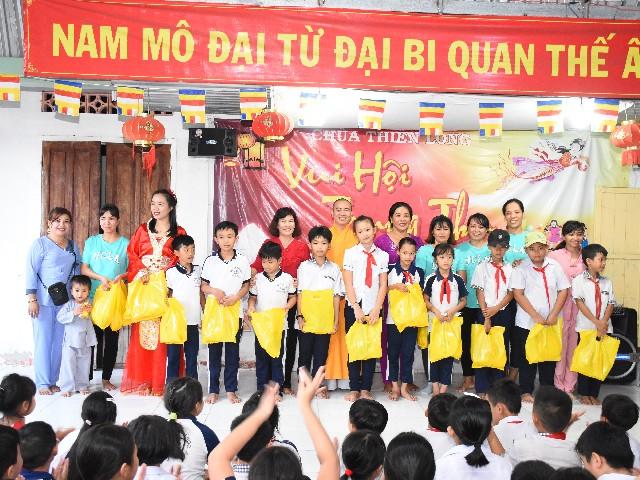 """Chùa Thiên Long: Chương trình """"VUI HỘI TRUNG THU LẦN THỨ 6"""" cho hơn 350 em học sinh"""