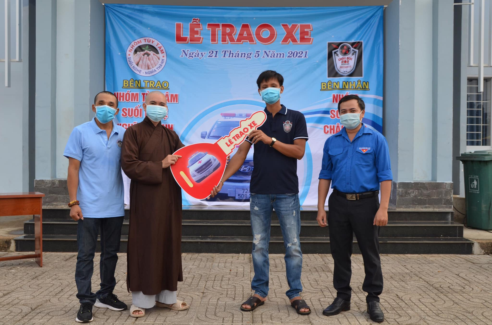Nhóm thiện nguyện Tùy Tâm trao tặng xe cứu thương chuyên dụng cho nhóm SOS F1 Châu Đức